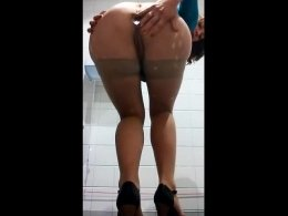 Big ass milf fingers her wet pussy and cums hard