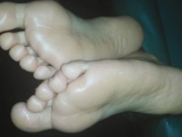 Sweetie With Pretty Feet Got Filmed In Bed