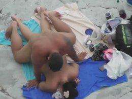 Buff amateur guy fucking a girl on the beach