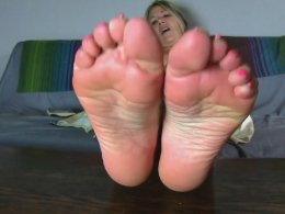 Mature cougar likes to film her feet