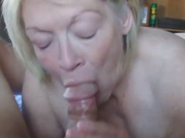 Mature blonde granny gives an amaying blowjob and gets cum