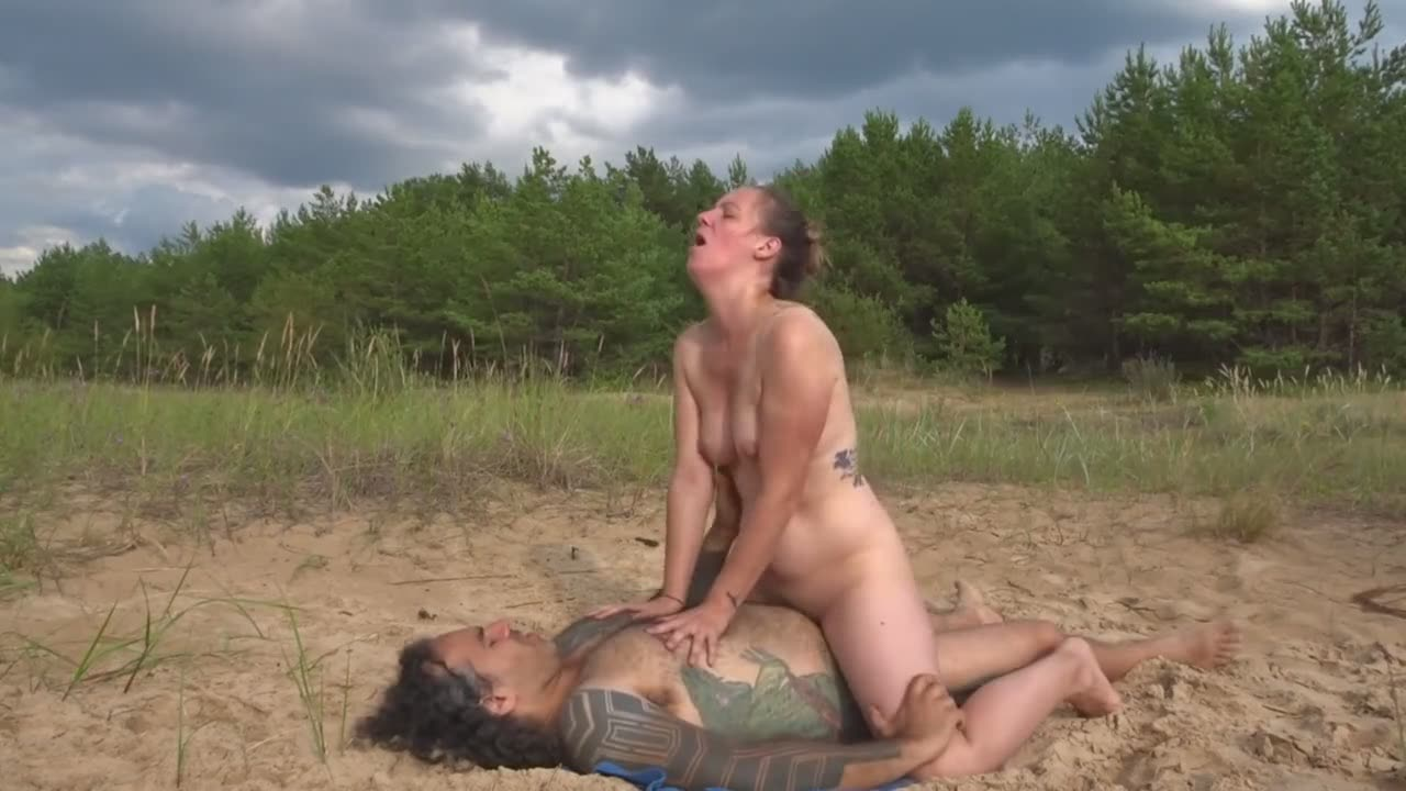 Couple fucking in public until a cumshot on the belly